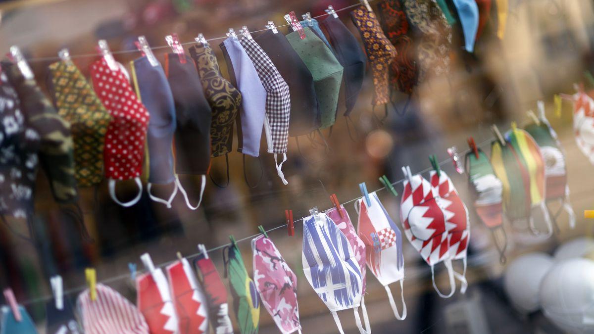 Im Bild: selbstgeschneiderte Stoffmasken im Schaufenster einer Schneiderei in Nürnberg.