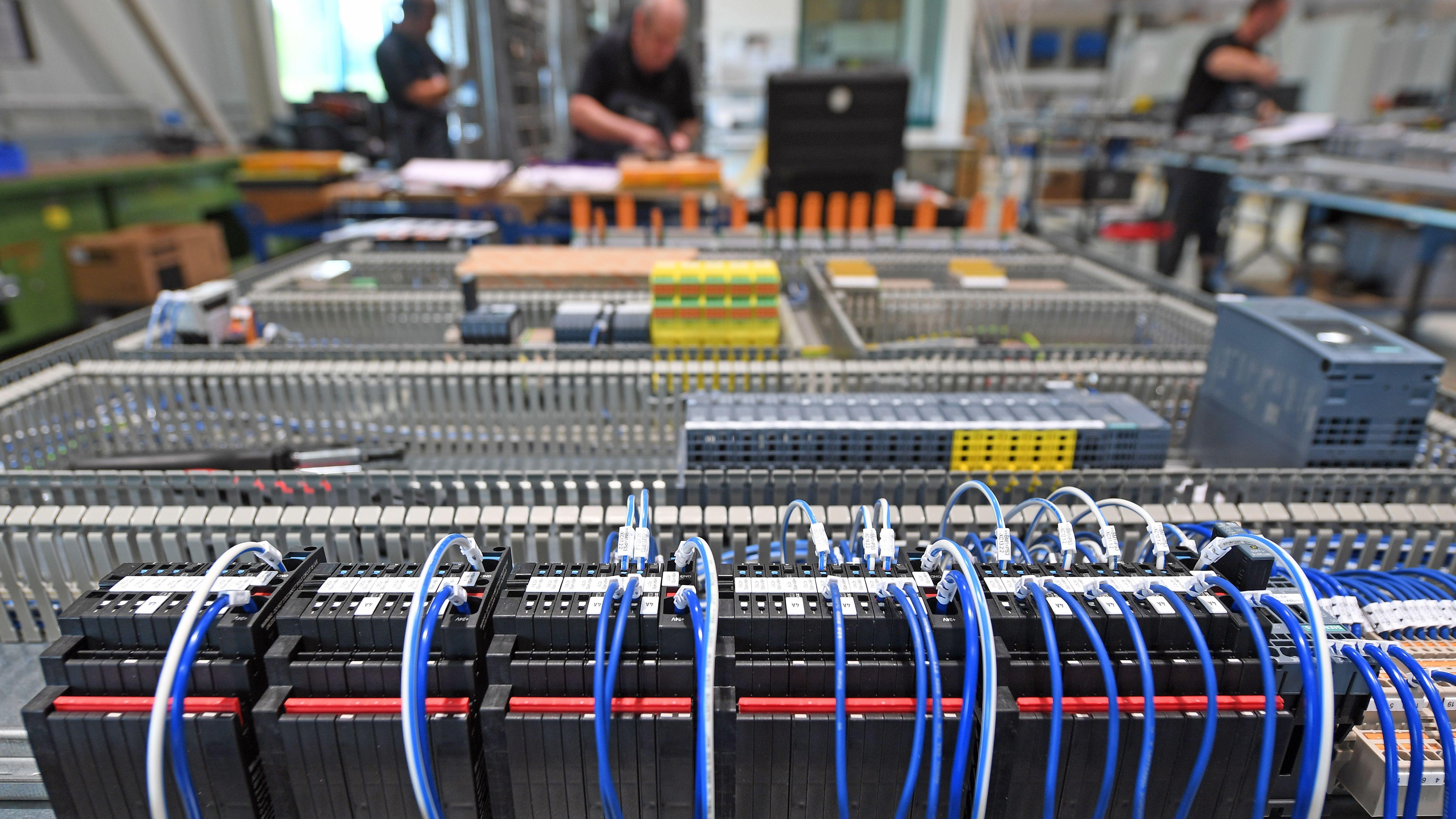 Sachsen-Anhalt, Teuchern: Mitarbeiter der Gesa Automation arbeiten am Standort in Teuchern an Schaltschränken. Das Unternehmen ist mit seinen derzeit 50 Mitarbeitern weltweit im Automatisierungsanlagenbau tätig und arbeitet unter anderem auch für große Automobilhersteller in der Region.