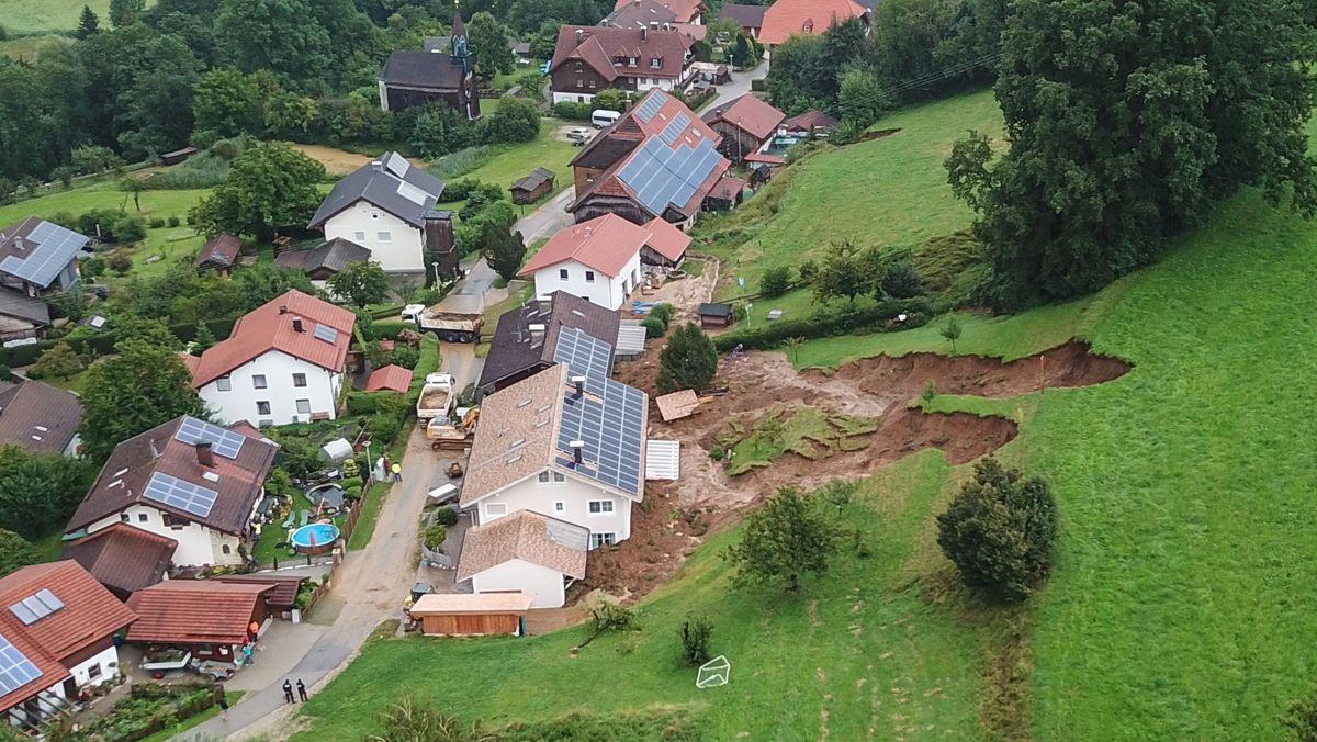 Bayern, Vachenlueg: Auf Grund des andauernden Regens kam es zu einem Hangrutsch nahe mehrerer Wohnhäuser.
