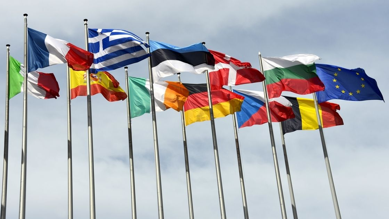 Europäschische Flaggen wehen vor dem Parlament in Straßburg im Wind.