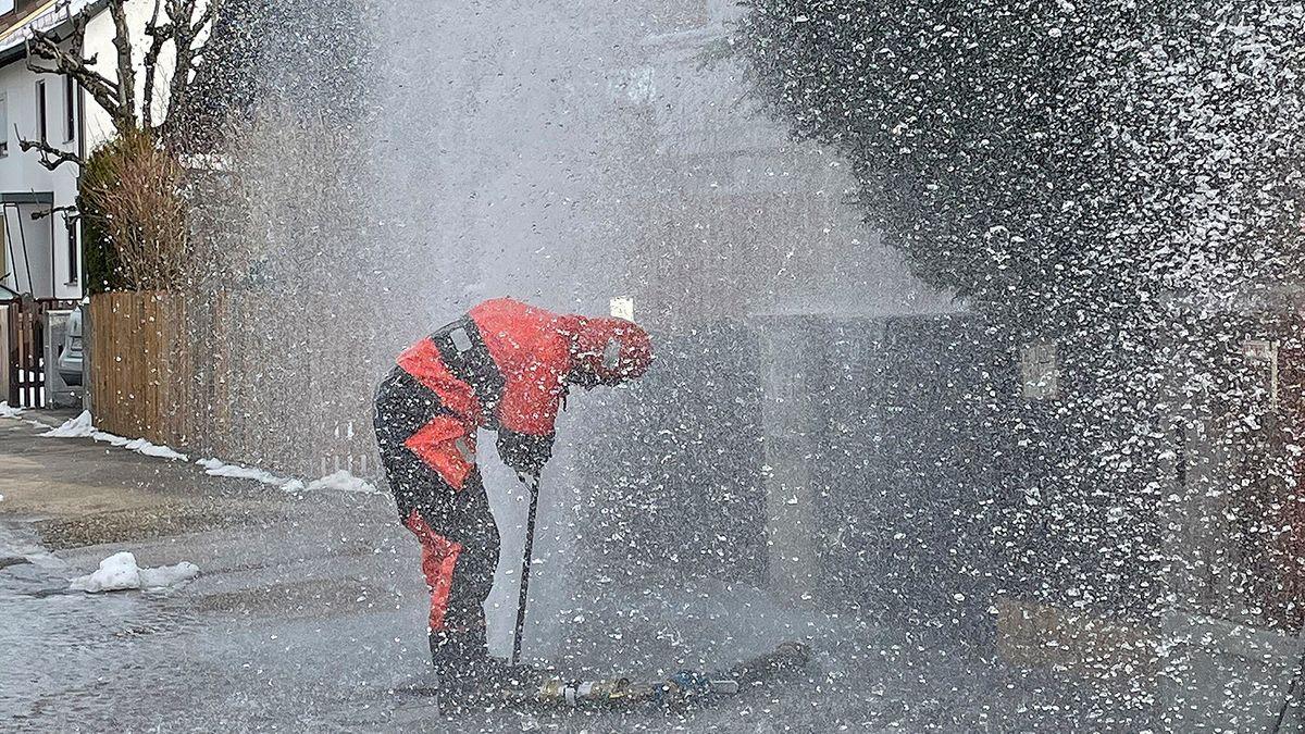 Ein Feuerwehrmann versucht die Wasserfontaine abzustellen