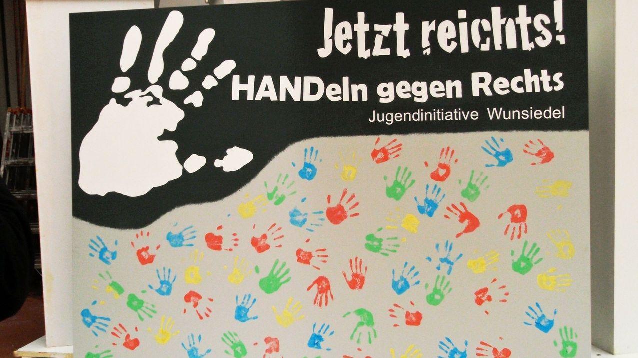 """Banner der Jugendinitiative """"Wunsiedel ist bunt"""" - mit vielen bunten Händeabdrücken"""