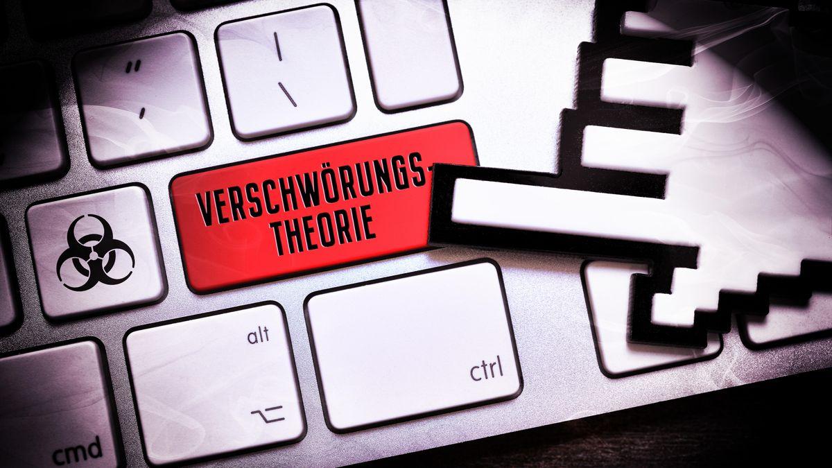 """Eine Tastatur, auf der eine Taste mit """"Verschwörungstheorie"""" beschriftet ist."""