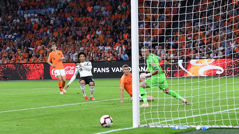 Leroy Sané (Nummer 19) schiebt den Ball knapp am niederländischen Tor vorbei