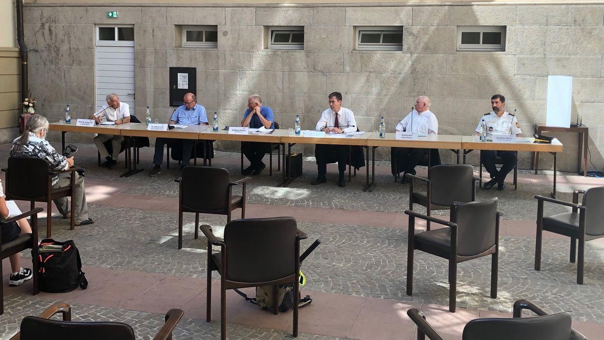 Pressekonferenz im Innenhof des Würzburger Rathauses