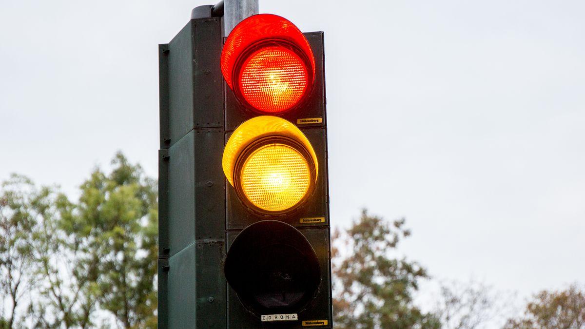Eine Ampel zeigt gelbes und rotes Licht.