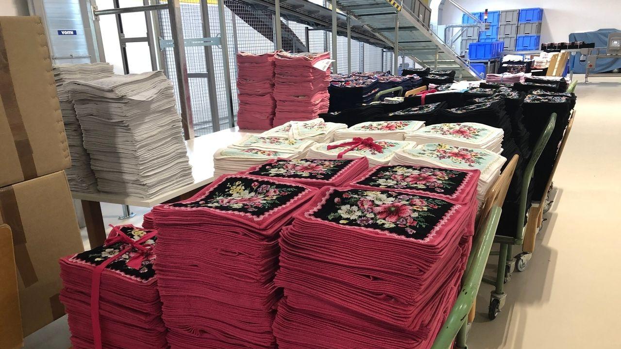 Bunte Seiftücher stapeln sich in der Firma Feiler in Hohenberg an der Eger.