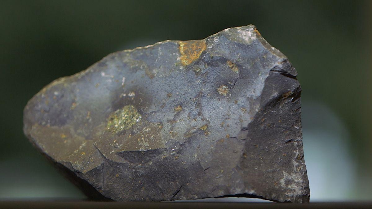 Ein Stück Basalt in seiner typisch dunklen Färbung