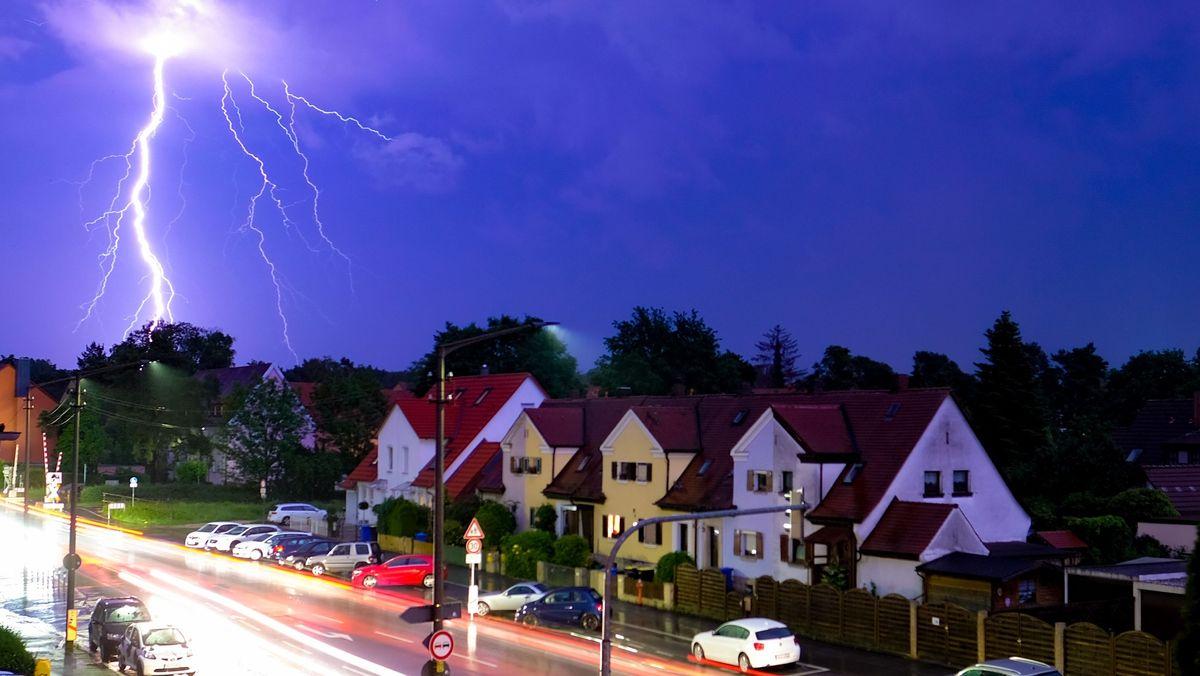 Blitze erhellen in Obernzenn im Landkreis Neustadt an der Aisch-Bad Windsheim in Mittelfranken den Nachthimmel