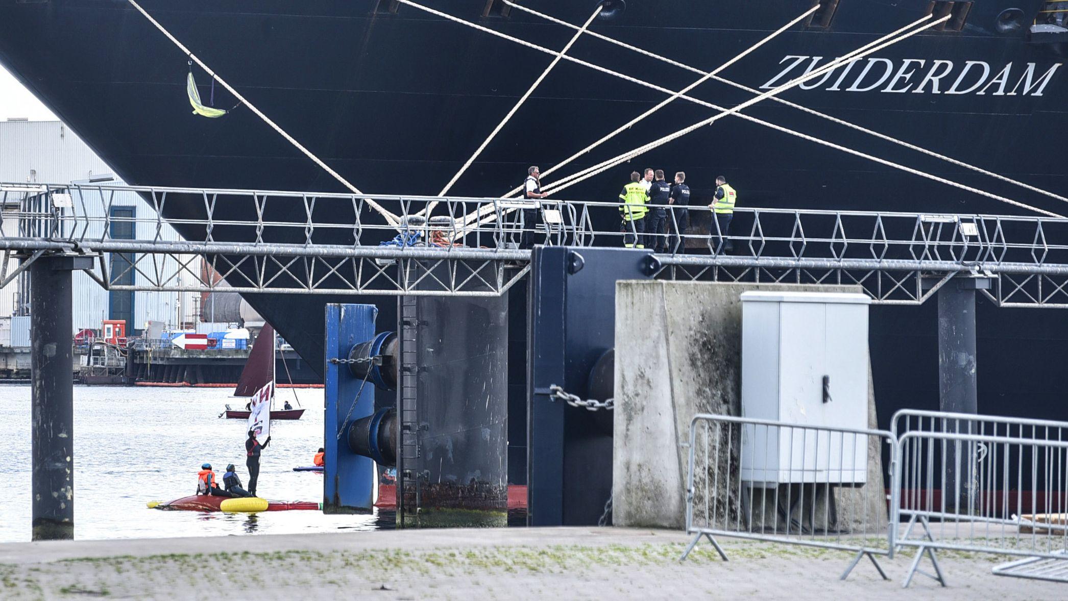"""Aktivisten vor dem Bug der """"Zuiderdam"""""""