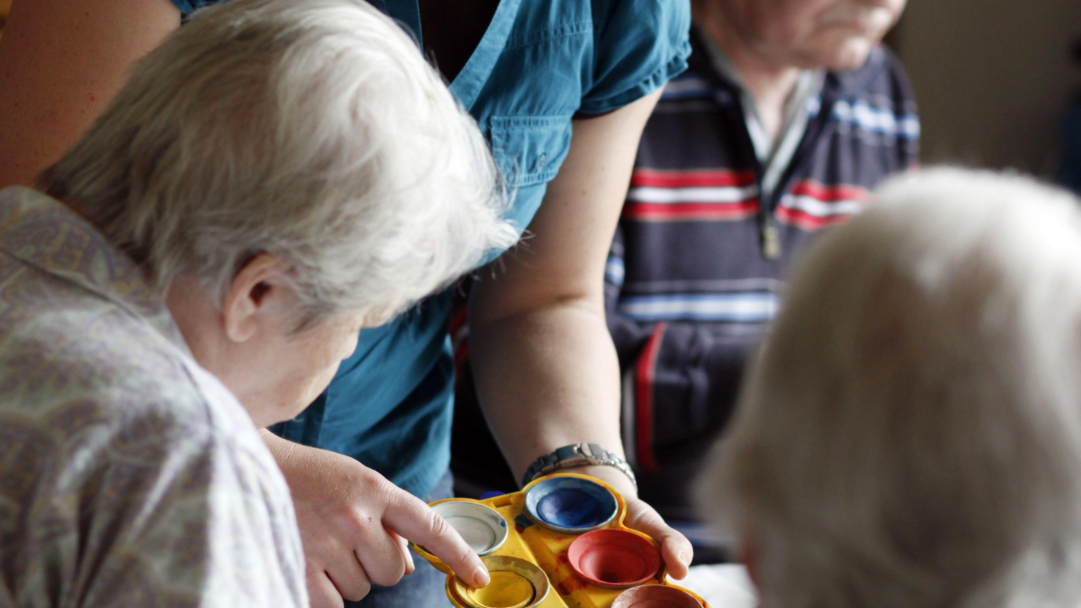 Malstunde für Senioren im AWO-Dorf am Hasenbergl in München