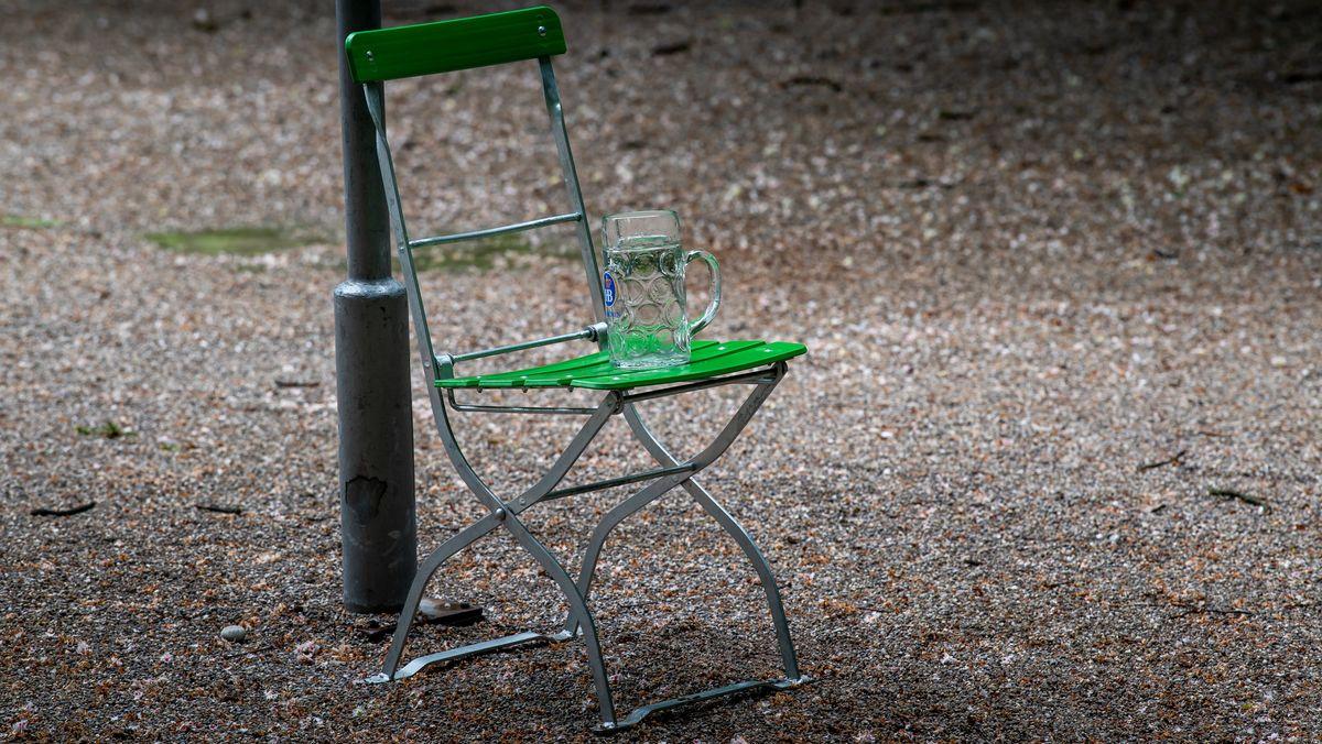 Stuhl mit Maßkrug drauf in einem Biergarten