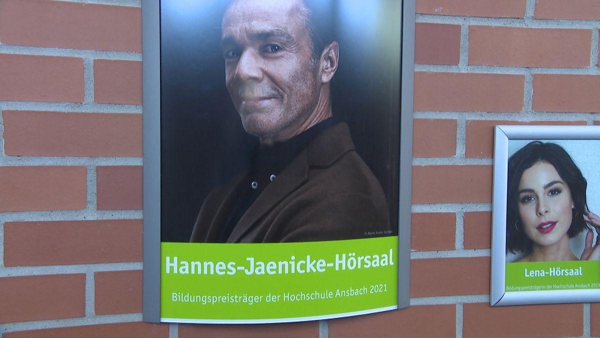 """Ein Porträt von Hannes Jaenicke, darunter der Schriftzug """"Hannes-Jaenicke-Hörsaal"""""""