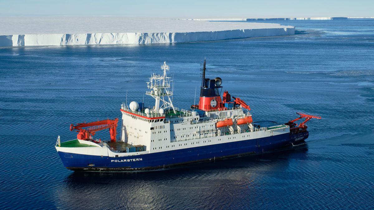 """Die """"Polarstern"""" vor dem Eisabbruch"""