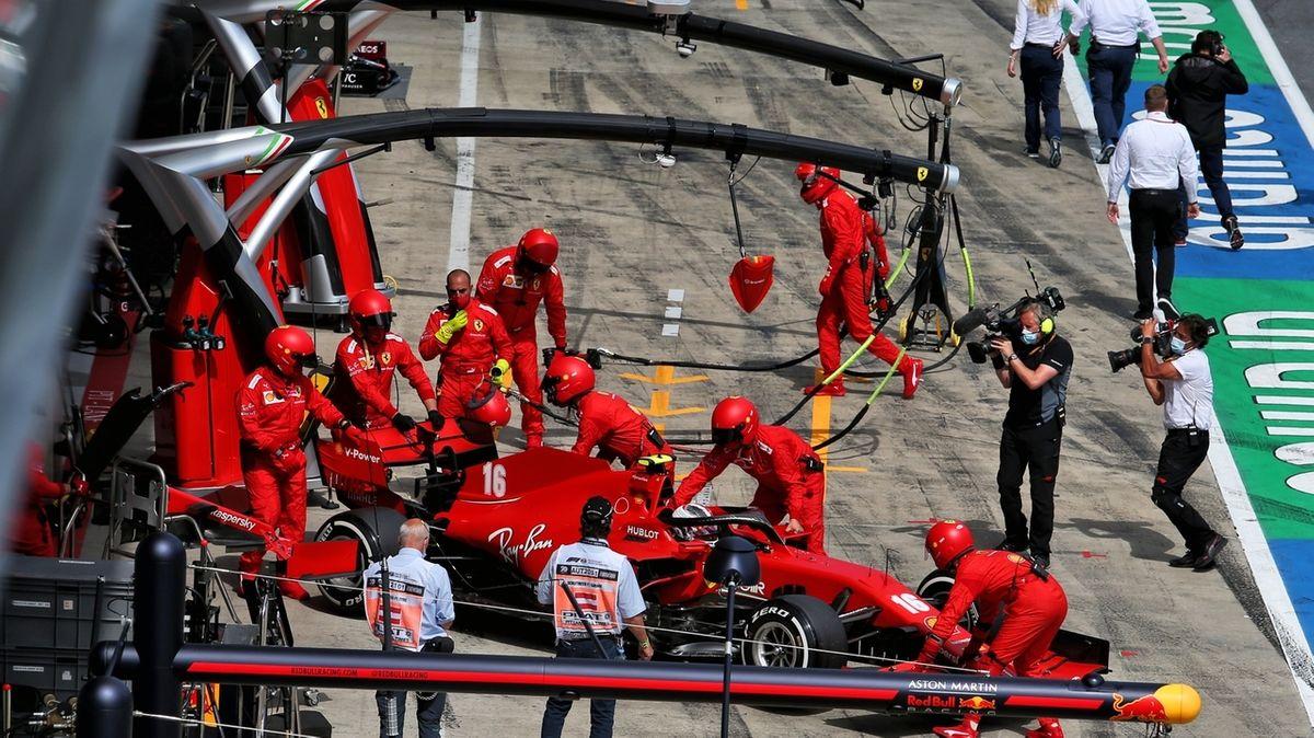 Ein Ferrari wird nach dem Crash in die Boxengarage geschoben.
