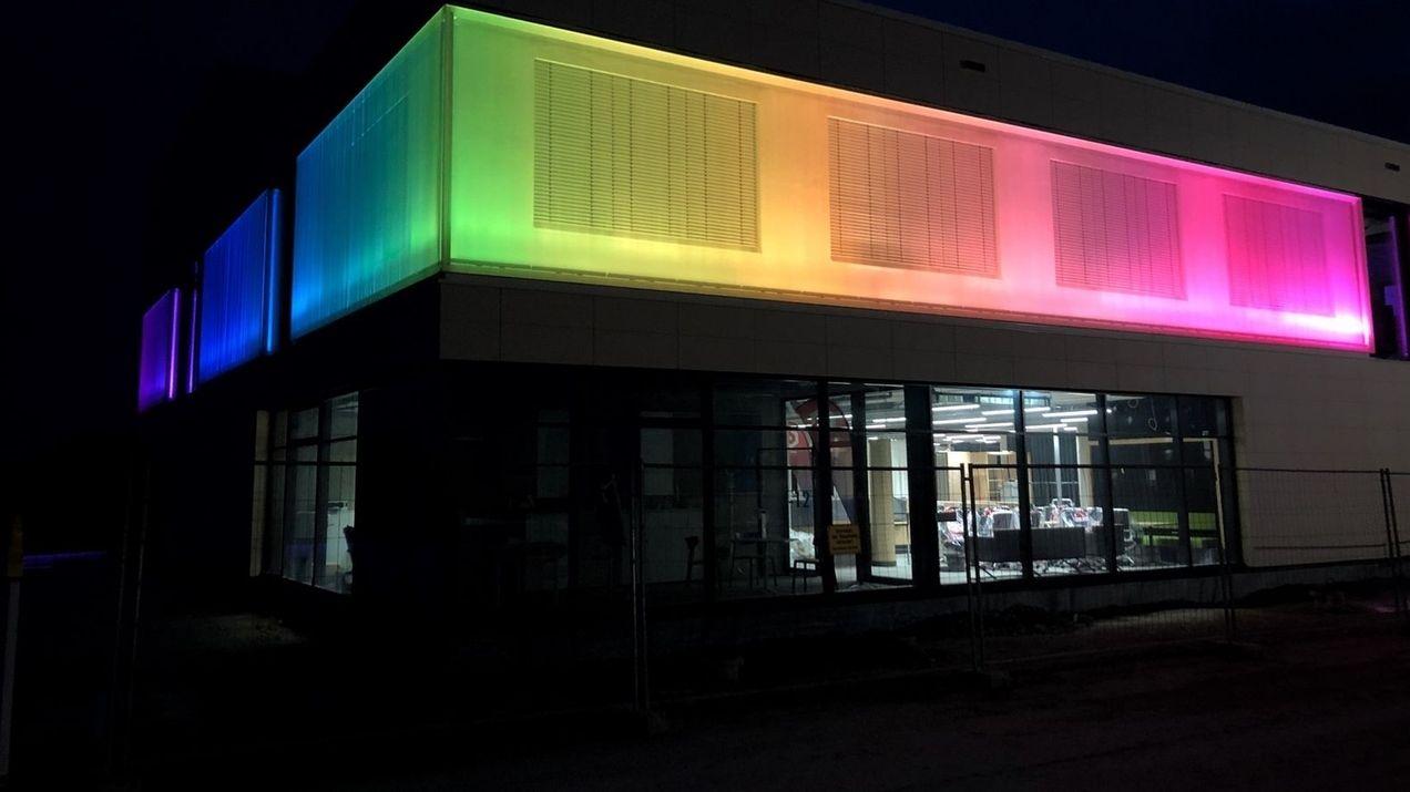 """Das beleuchtete """"Digitale Gründerzentrum Einstein 1"""" in Hof."""