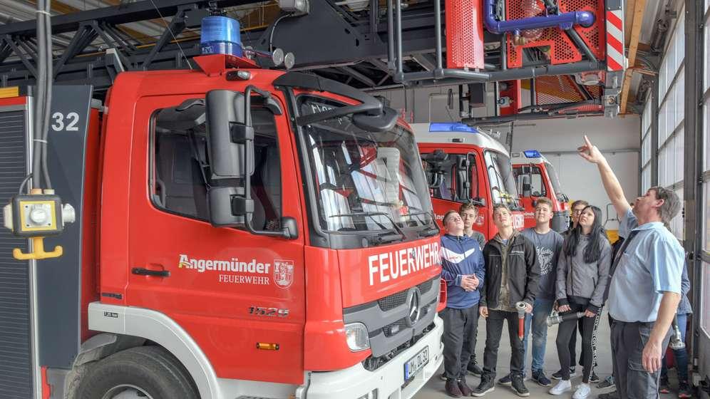 Ein Ausbilder bei der Freiwilligen Feuerwehr Angermünde unterrichtet Neuntklässler der Ehm-Welk-Oberschule im Wahlpflichtfach Feuerwehrausbildung. | Bild:picture alliance/Patrick Pleul/dpa-Zentralbild/ZB