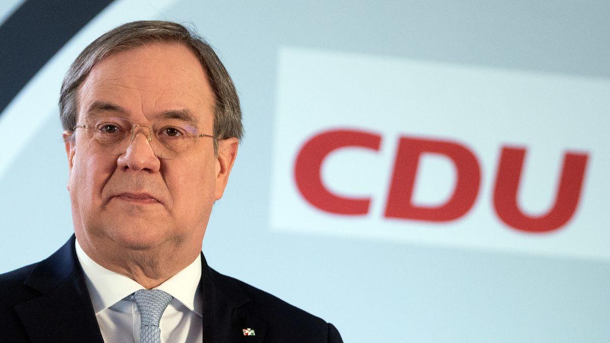 Armin Laschet, der Vorsitzende der CDU, vor dem Logo der Partei.