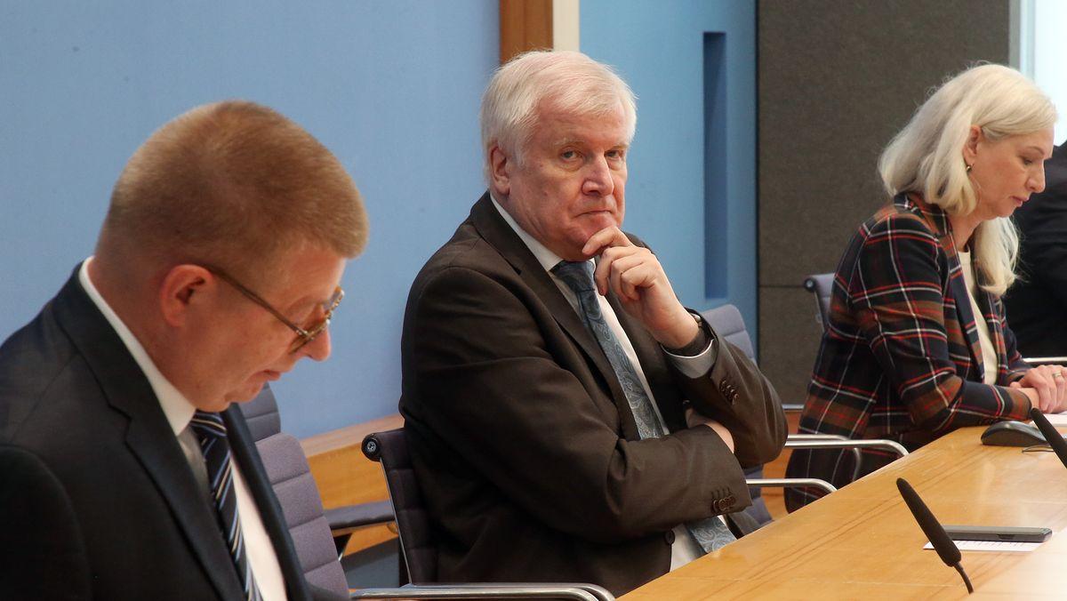 Verfassungsschutzpräsident Thomas Haldenwang (l.), Innenminister Horst Seehofer und Ute Welty bei der Bundespressekonferenz