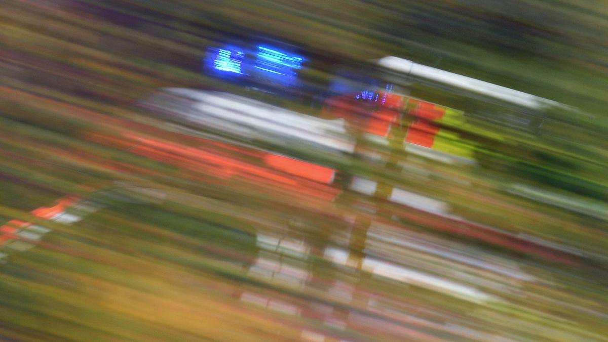 Rettungwagen des Bayerischen Roten Kreuzes im Einsatz mit Blaulicht
