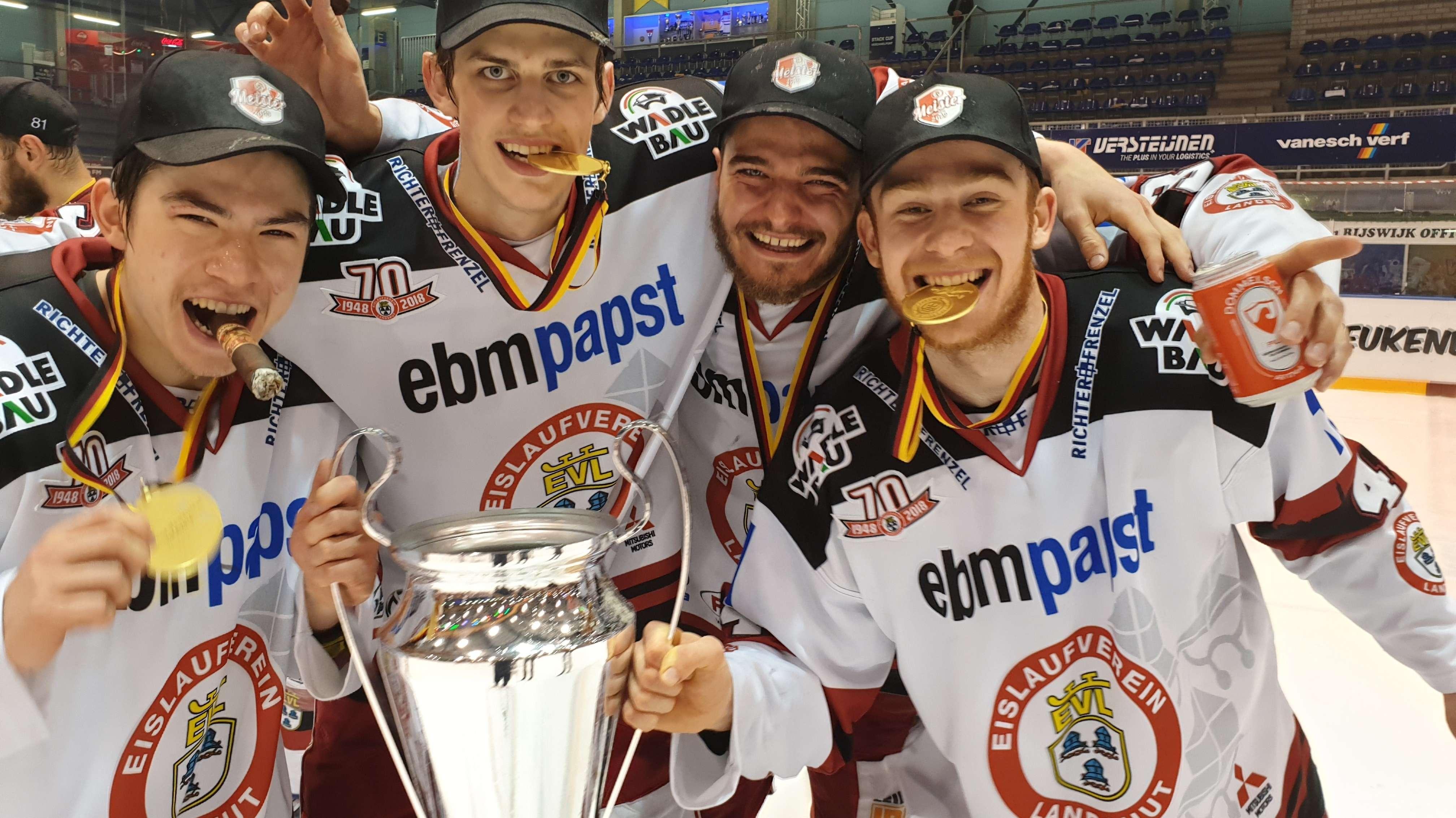 Mit Sieger-Zigarren und Pokal feierten die EVL-Spieler den Titel