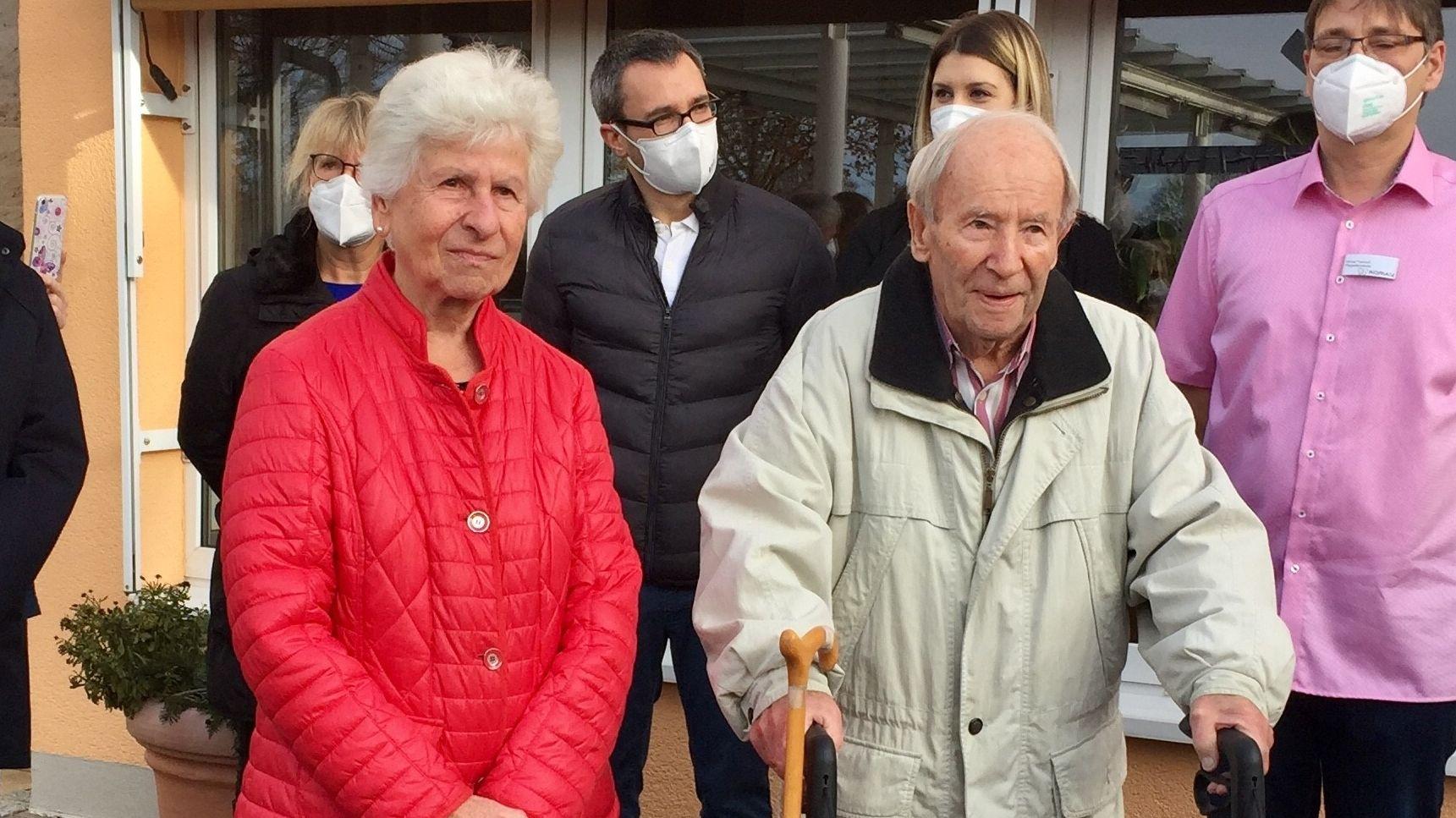 Sie waren die ersten Oberbayern, die am Sonntag geimpft wurden: Helga und Kurt Klingseisen vor ihrem Seniorenheim in Germering bei München