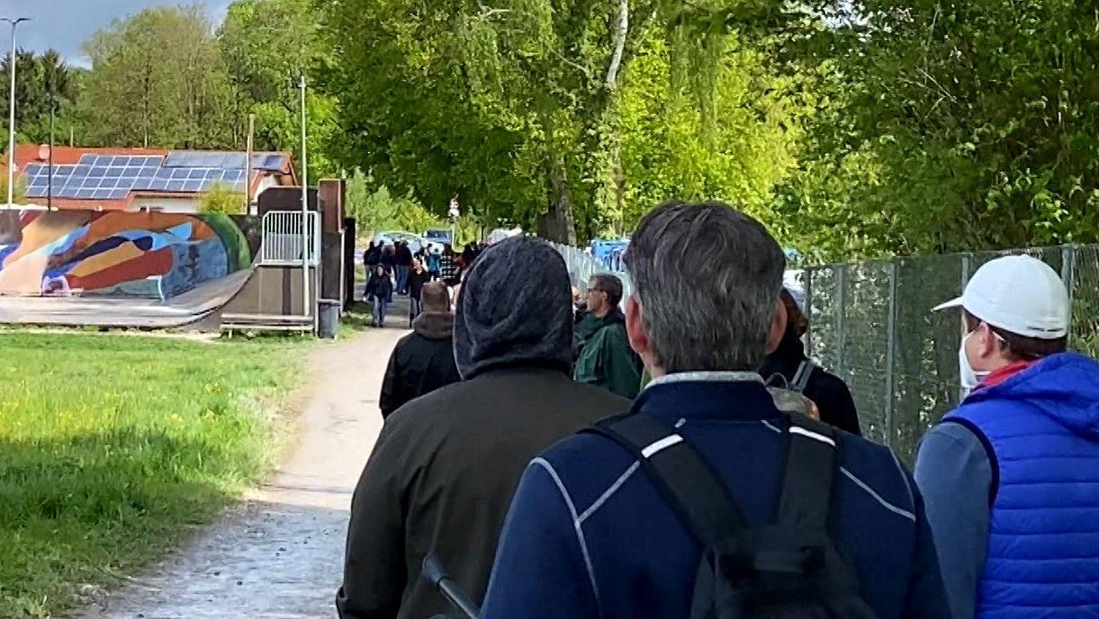 Schlange vor dem Volksfestplatz in Ebersberg. Hier fand eine Sonderimpfaktion des Landkreises mit Astrazeneca statt.