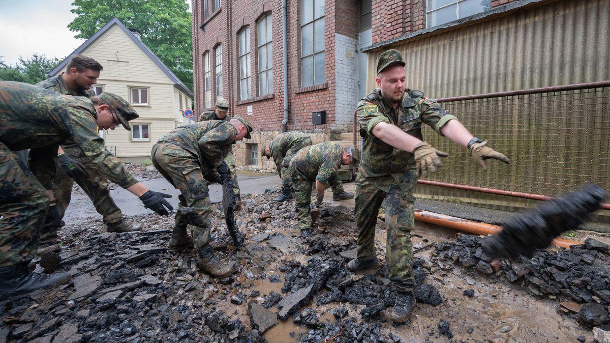 Viele Rettungskräfte hätten bereits den vollen Impfschutz. Hier helfen Soldaten der Bundeswehr bei Aufräumarbeiten im Ortsteil Hohenlimburg.