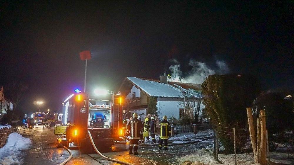 Die Feuerwehr versucht den Brand zu löschen. Eine Photovoltaikanlage erschwert die Löscharbeiten.
