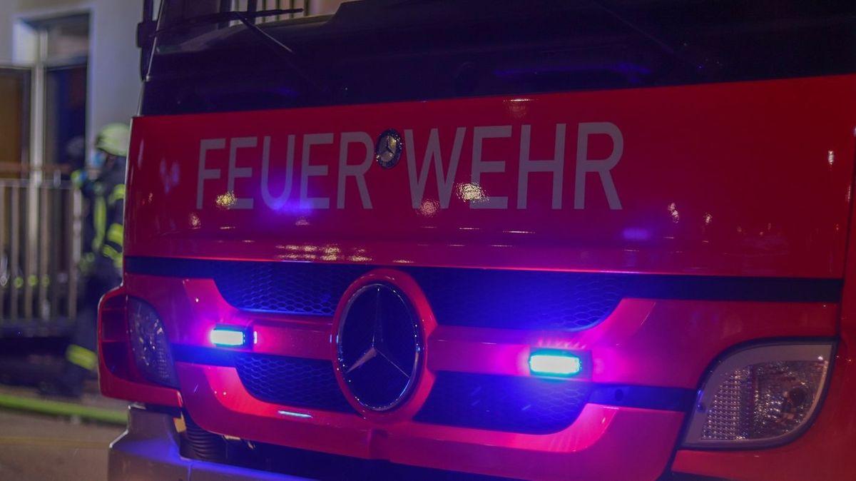 Ein Feuerwehrauto mit Blaulicht. (Symbolfoto)