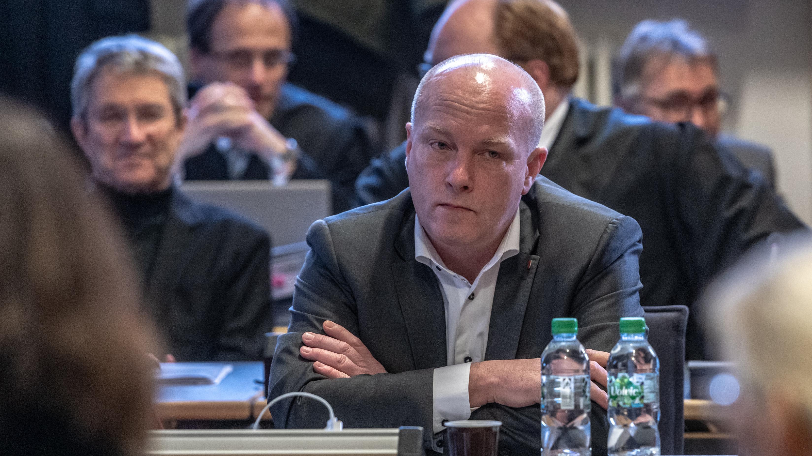 Joachim Wolbergs (SPD), suspendierter Regensburger Oberbürgermeister, sitzt im Verhandlungssaal im Landgericht.