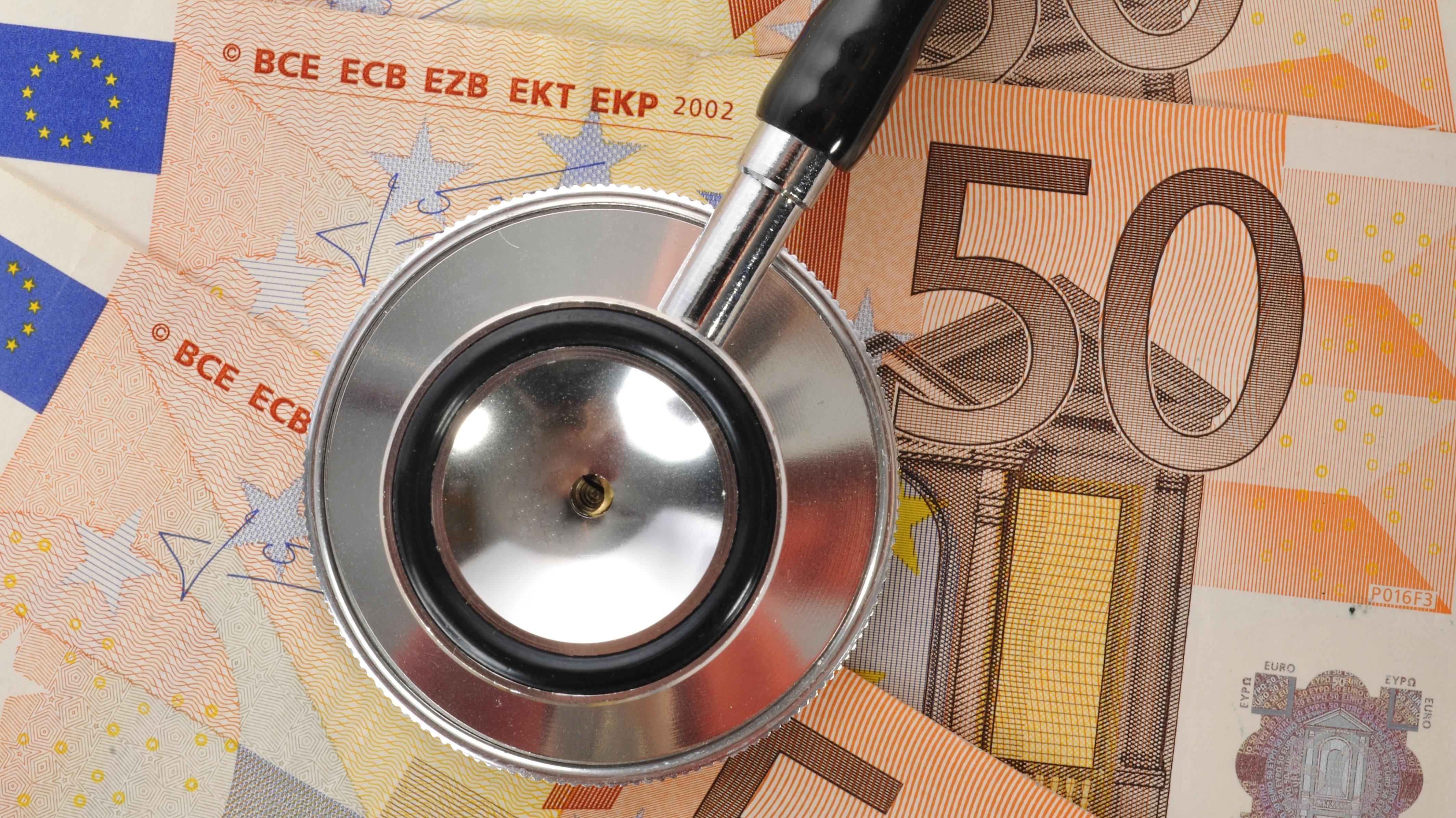 Stethoskop auf Geldscheinen