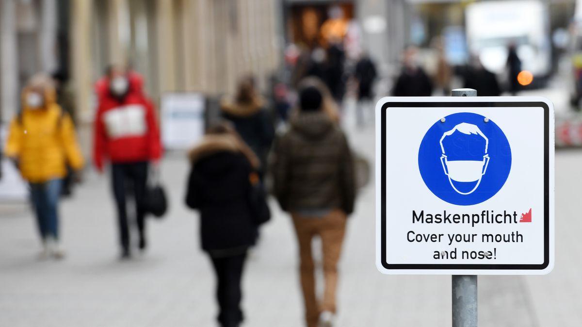 Ein Schild weist in der Münchner Innenstadt auf die Maskenpflicht innerhalb der Fußgängerzone hin. |