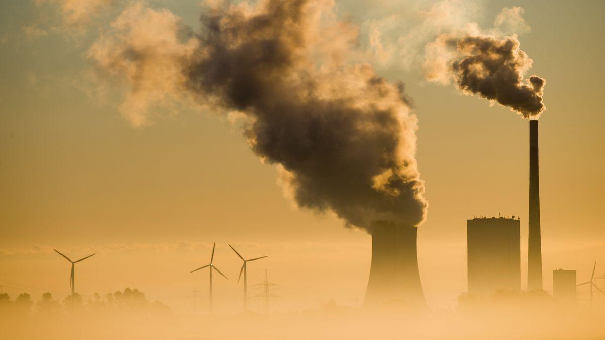 Das Kohlekraftwerk Mehrum und Windräder