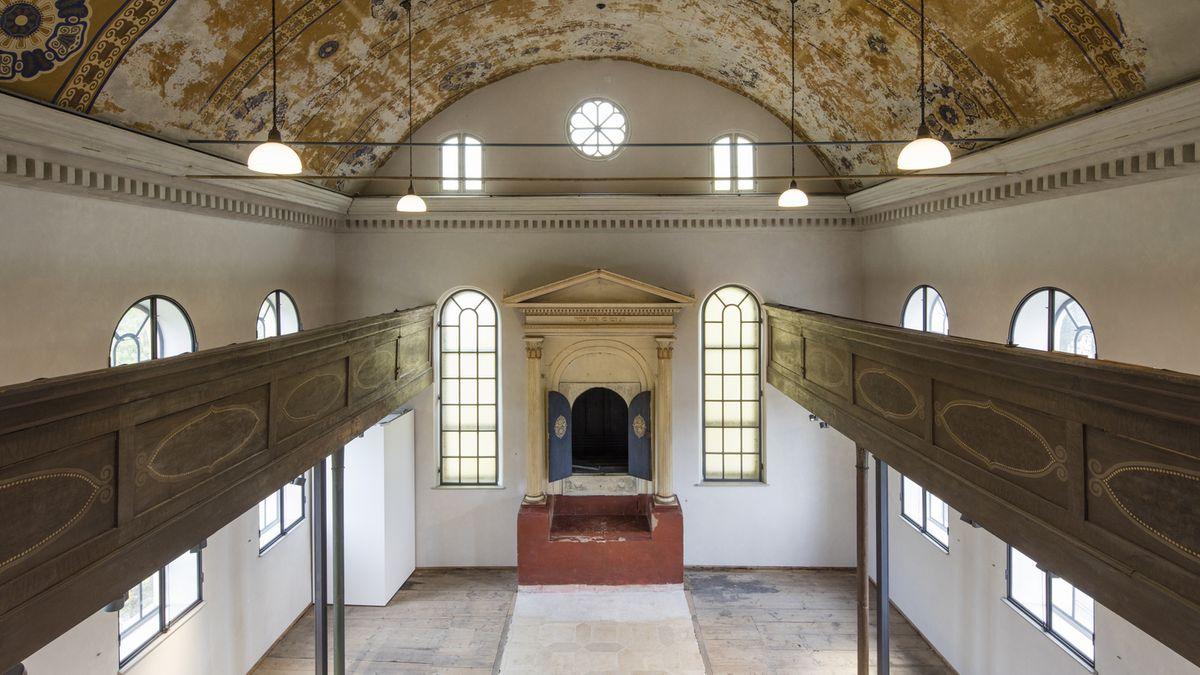 Raum einer traditionellen Synagoge von oben aufgenommen mit zwei Galerien