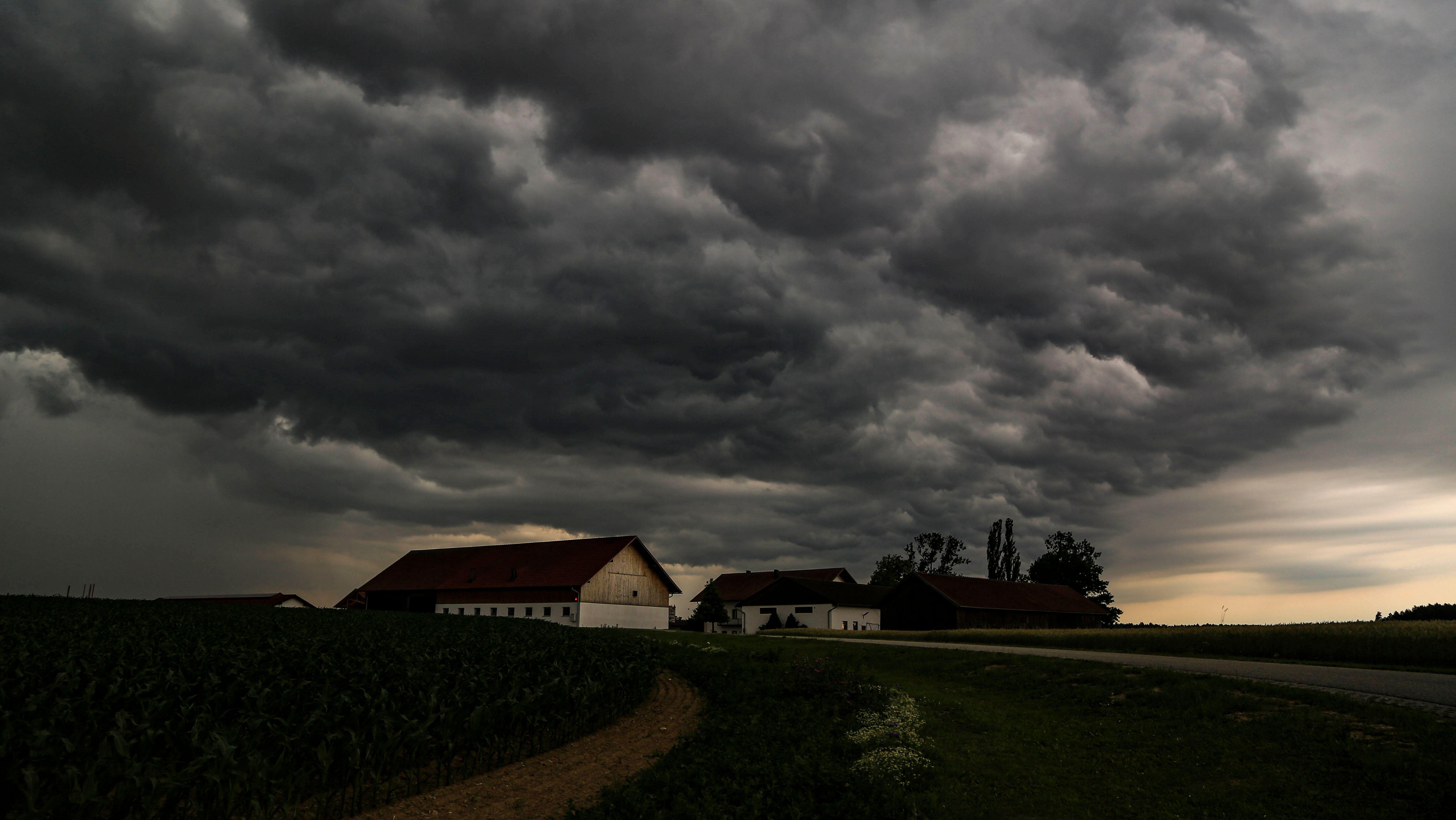 Ein kräftiges Gewitter geht am Abend des 22.06.2019 über Arnstorf (Lkr. Rottal-Inn) nieder.