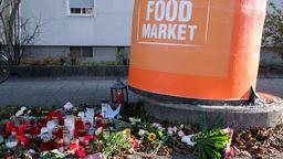 Kerzen und Blumen an der Unglücksstelle in München-Laim  | Bild:dpa / Matthias Balk