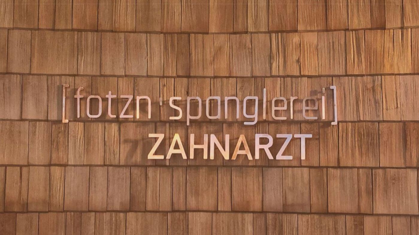 """""""Fotznspanglerei"""" nennt sich eine Zahnarztpraxis in Bayern, und erntet viel Lob, aber auch etwas Kritik."""