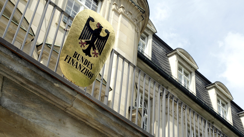 Fassade des Bundesfinanzhofs mit Schild