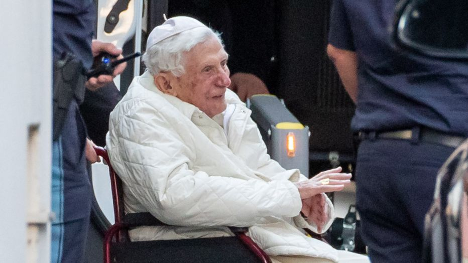 ARCHIV - 18.06.2020, Bayern, Regensburg: Der emeritierte Papst Benedikt XVI wird mit einem Rollstuhl in einen Bus geschoben. Der gebürtige Bayer besuchte im Juni 2020 seinen kranken Bruder Georg Ratzinger in Regensburg. Ratzinger starb am 1. Juli 2020.