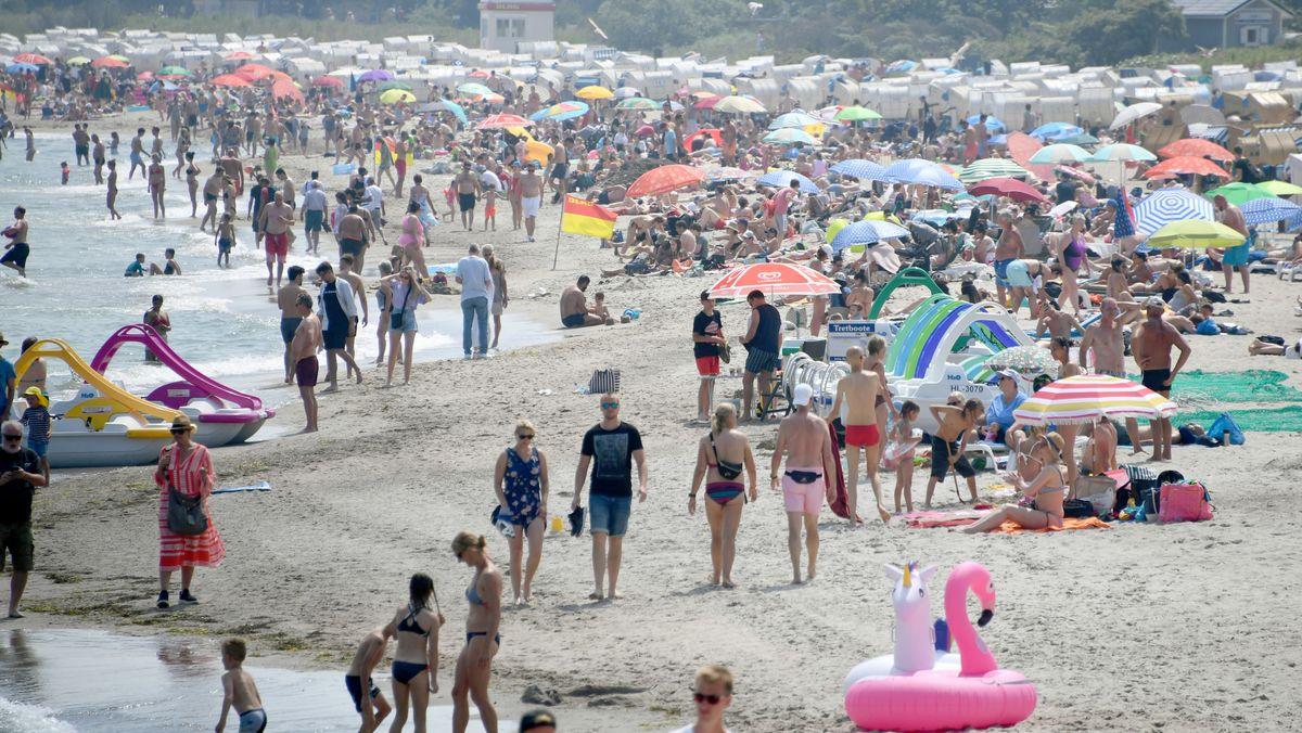 Badegäste tummeln sich am Timmendorfer Strand in Schleswig-Holstein.