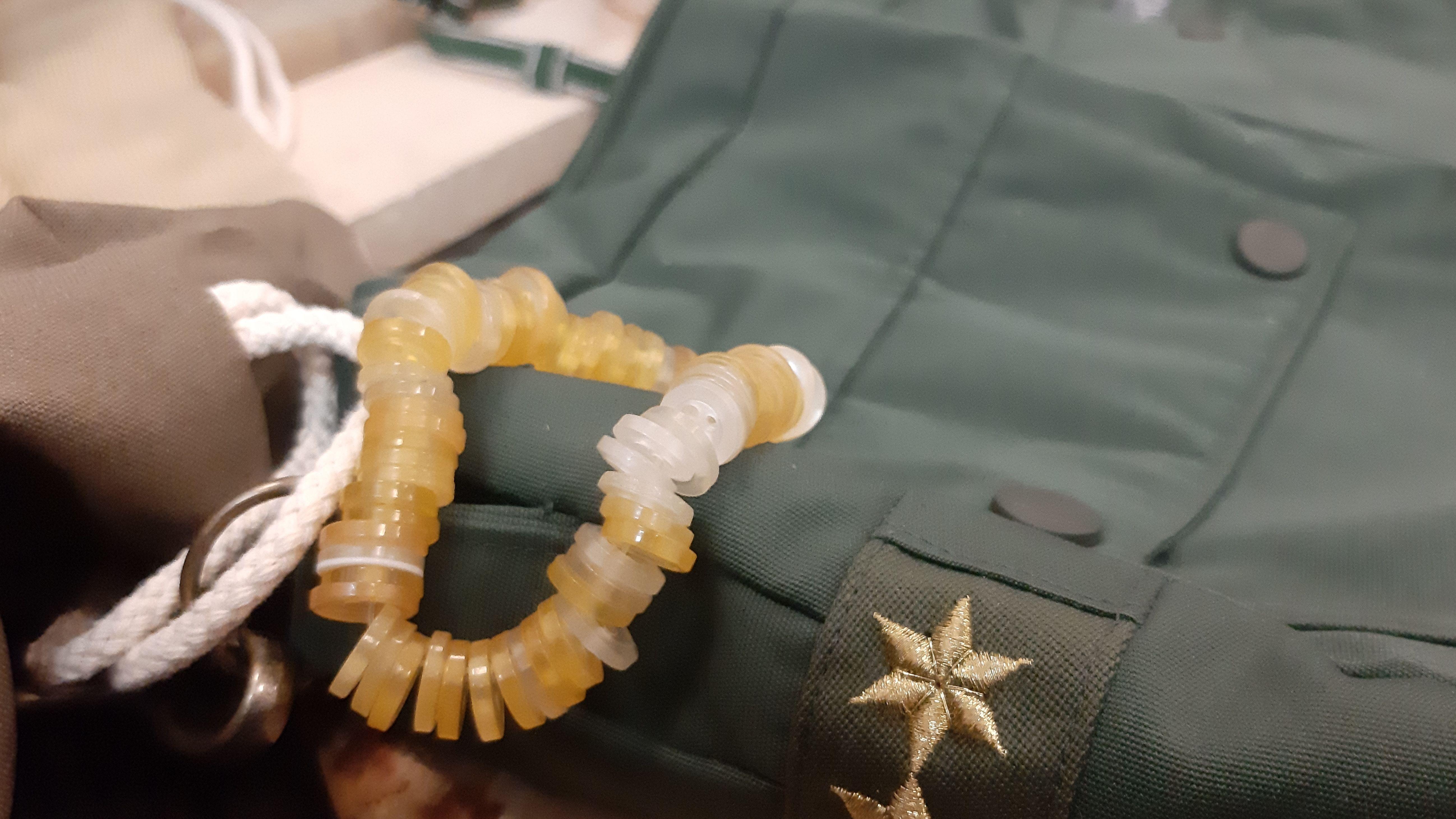 Ein Armband aus alten Knöpfen