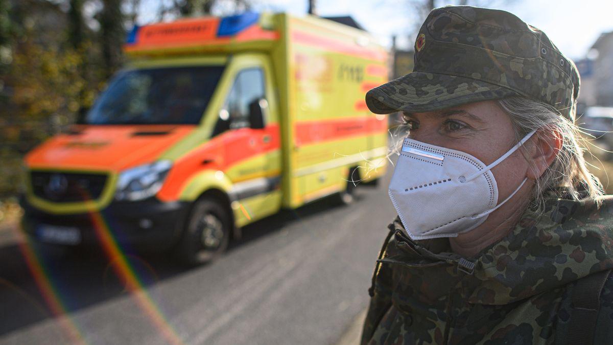 Eine Soldatin des Sanitätsdienstes der Bundeswehr steht in Görlitz vor einem Rettungswagen (Symbolbild).