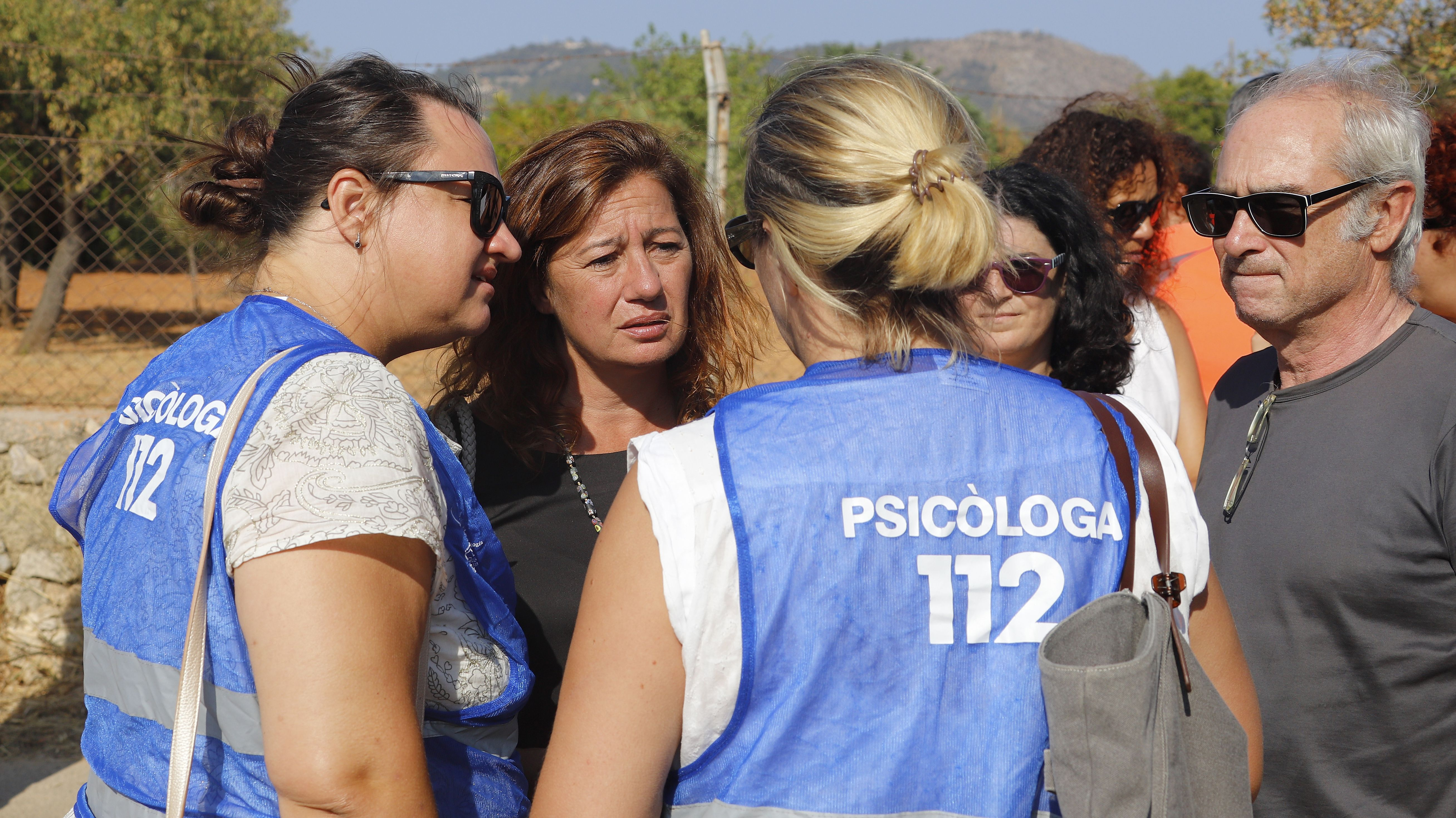 Francina Armengol (2.v.l), Präsidentin der Balearen, und die lokalen Behörden sprechen nach der Kollision  mit Psychologen.