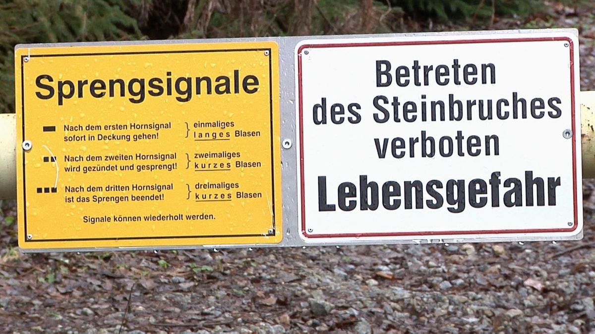 Ein Warnschild vor dem Steinbruch Gefrees.