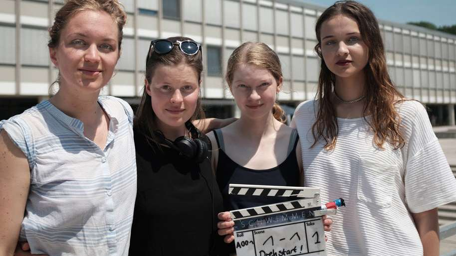 """Die Crew vom Film """"Schwimmen"""" posiert für ein Foto."""