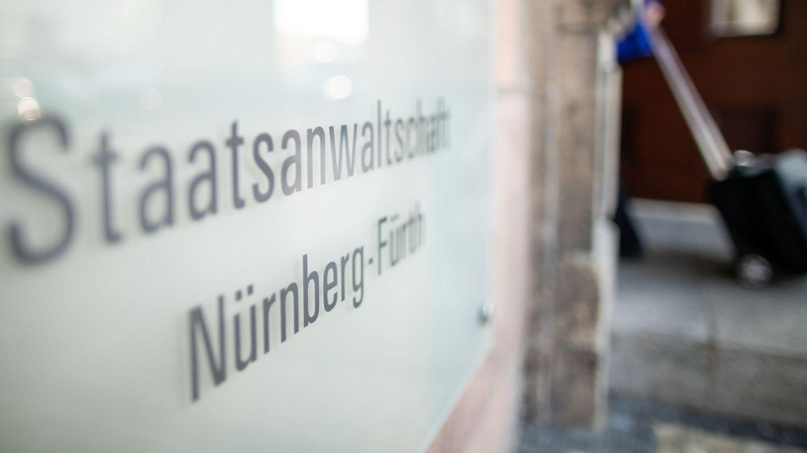 """""""Staatsanwaltschaft Nürnberg-Fürth"""" steht auf einem Schild am Eingang des Gerichts-Gebäudes."""