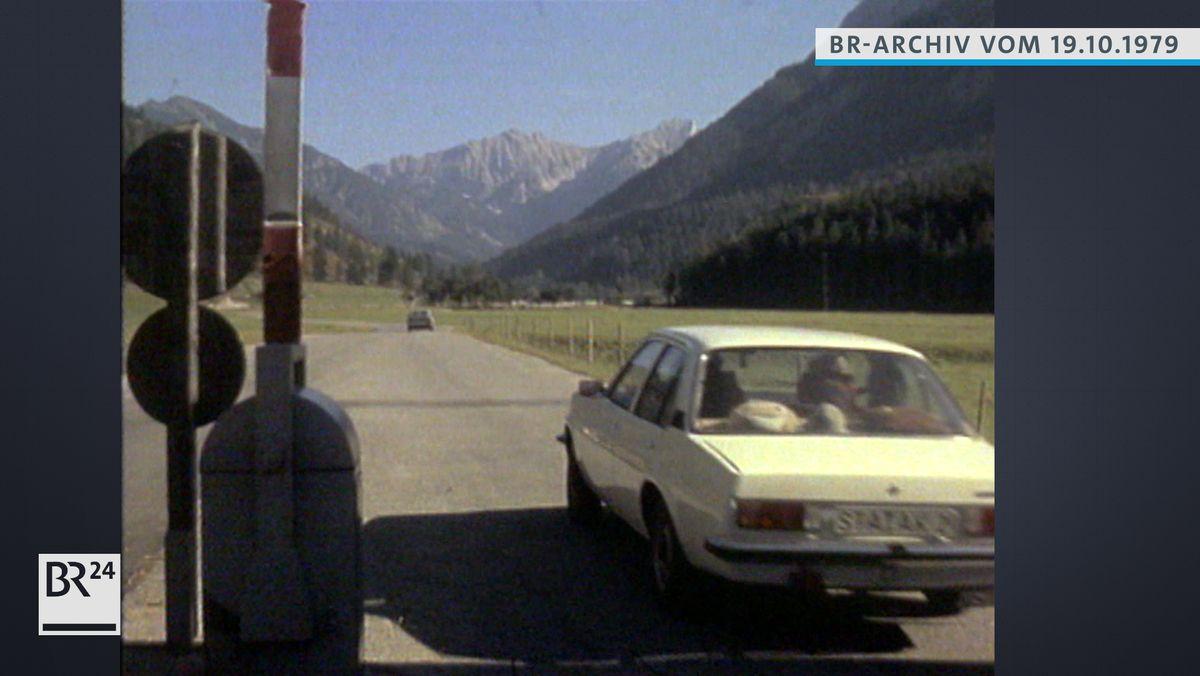 Nach Passieren einer Schranke fährt ein Auto in die Eng