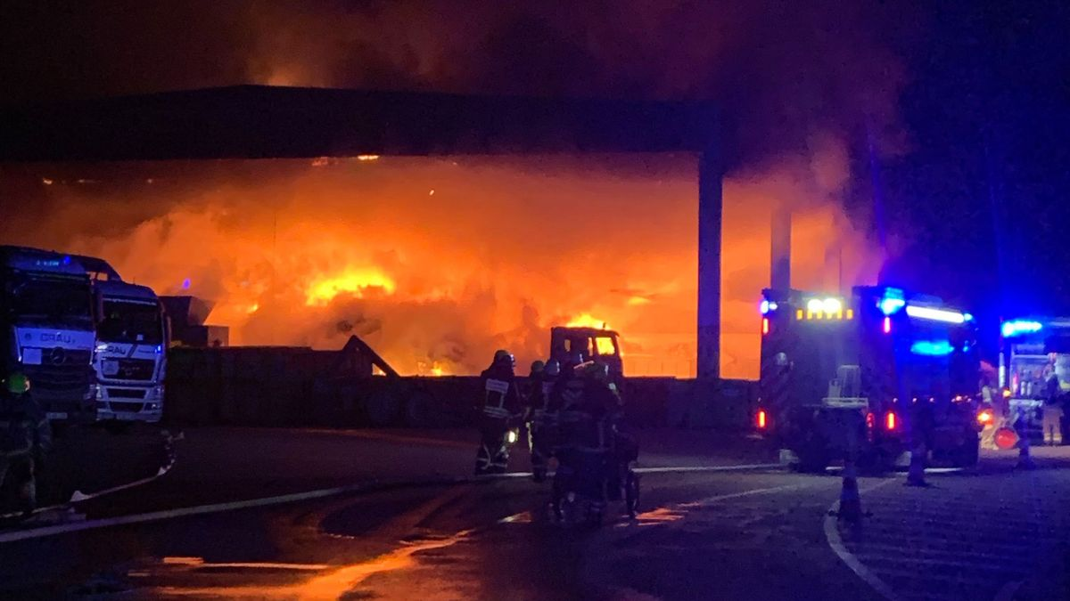 Brennende Müllberge in der Lagerhalle einer Regensburger Recyclingfirma