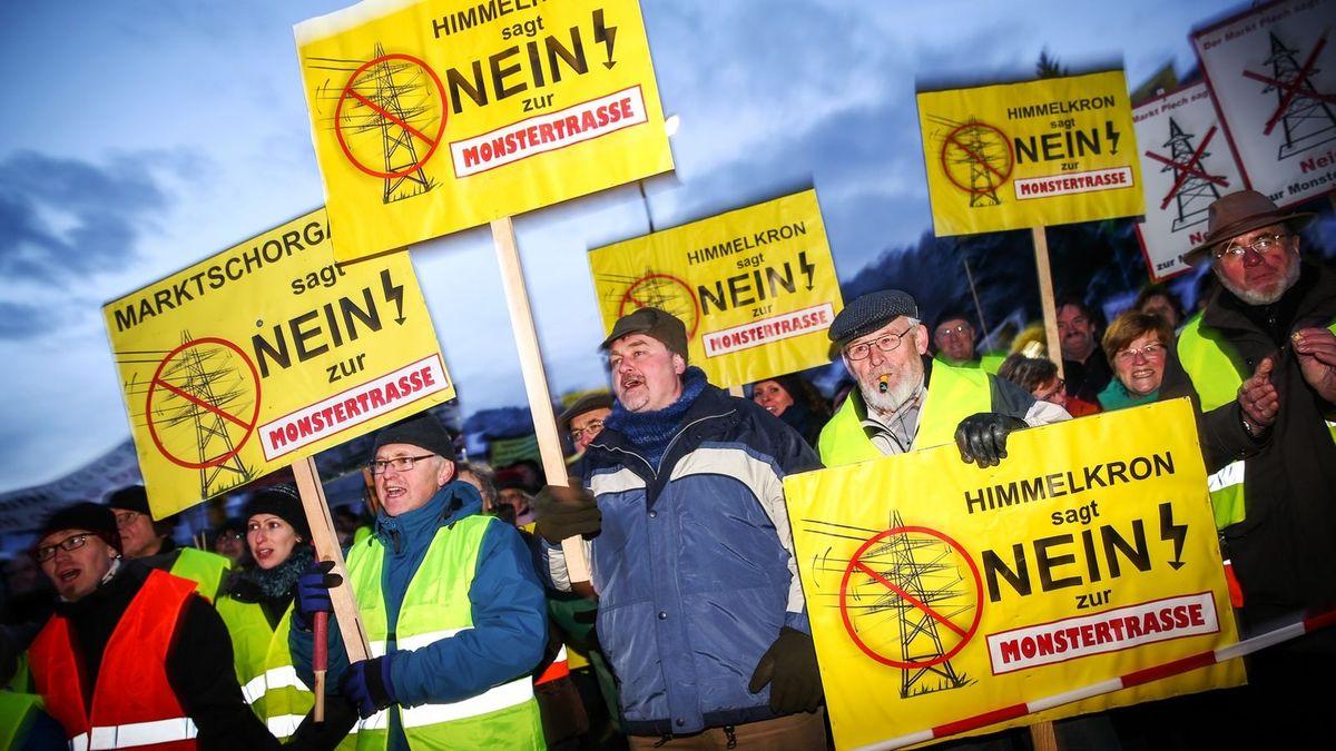 Menschen demonstrieren gegen die Stromtrasse Südostlink.
